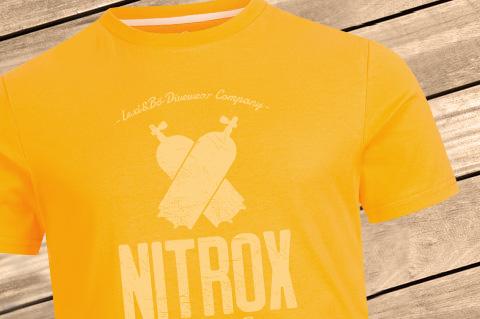 NitroxDiver_Men_Pantone_14-1159_Zinnia_WoodBG
