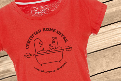 HomeDiver_Women_FieryRed_WoodBG