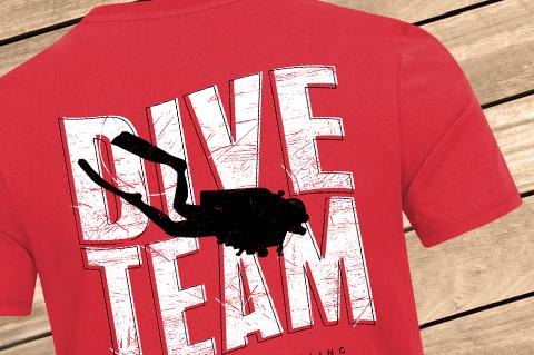 L-B_Dive_Team_Men_Pocket_RedChilli_Back_WoodBG
